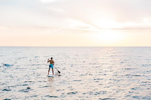 湖の海でカヤックをする男。