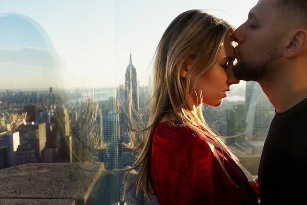 남자는 창 뒤에 뉴욕에서 멋진보기 전에 여자 부드러운 서 키스