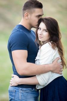 머리에 그의 여자 친구를 키스하는 남자