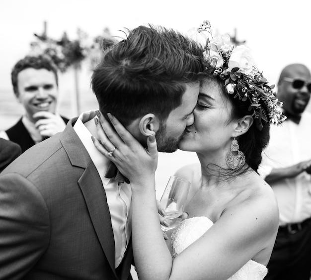 해변에서 그의 남편을 키스하는 남자