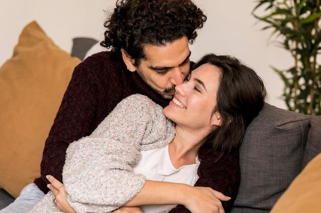 男は彼の妻の頬にキスします