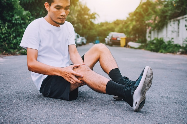 Man knee pain when running or jogging