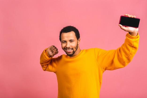 Человек, зная, что он стал победителем чего-то столь радостного, наслаждаясь новостной информацией, будучи изолированным от розового