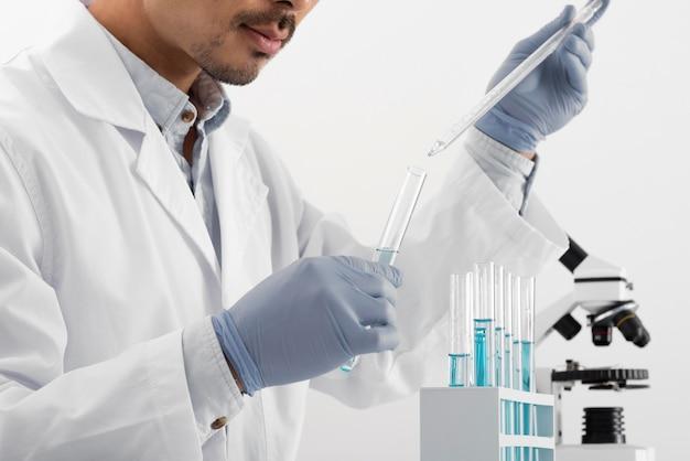 Uomo in laboratorio facendo esperimenti da vicino