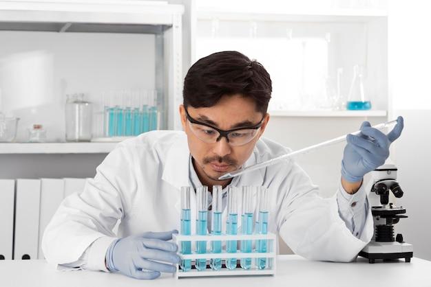 Uomo in laboratorio che fa esperimenti