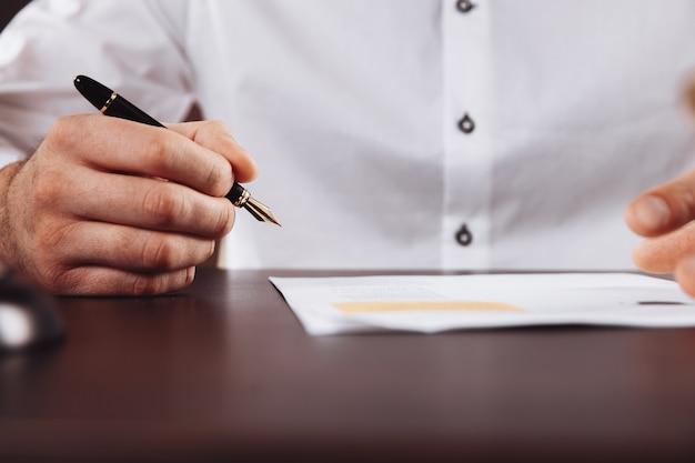 契約書を扱う男性弁護士。弁護士の概念。