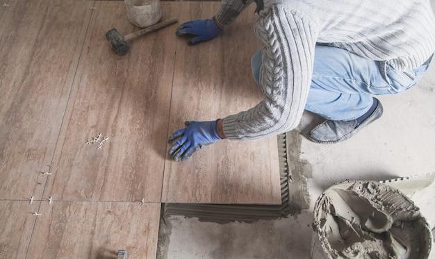Человек укладка напольной керамической плитки