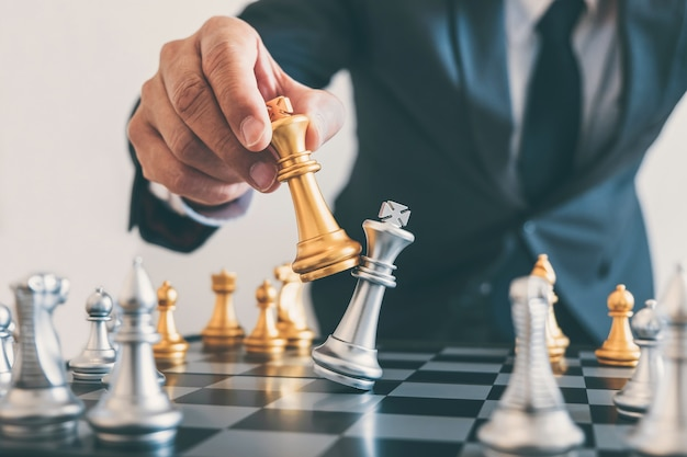 Мужское лидерство играет в шахматы и продумывает стратегический план о крушении свергнутой противоположной команды