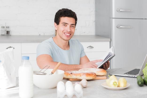 オンラインコースから調理する方法を学ぶ男