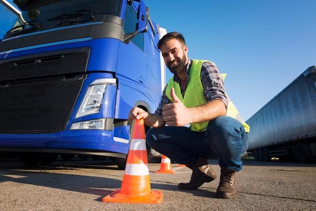 운전 학교에서 트럭을 운전하는 방법을 배우는 남자