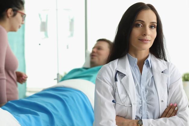 男は女医の横にある病院のベッドにあります。