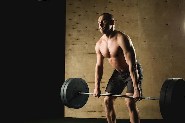 남자 리프팅 무게입니다. 바벨 운동을하는 체육관에서 근육 질의 남자 운동