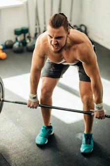 남자 리프팅 무게입니다. 바벨 운동을 하 고 체육관에서 근육 질의 남자 운동