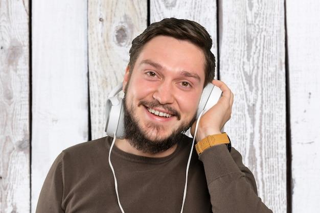 男は音楽を聴く