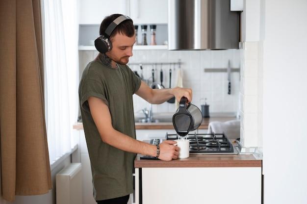 暇なときにヘッドフォンで音楽を聴いている男性