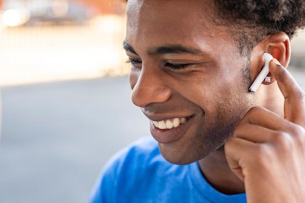 무선 이어폰으로 음악을 듣는 남자