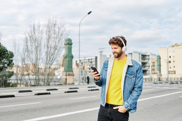 通りで音楽を聴いている男