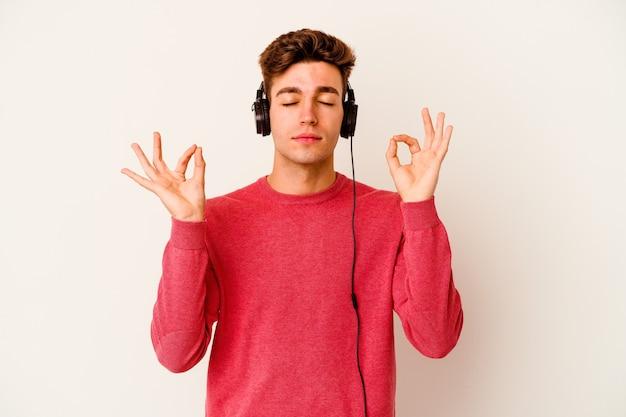 남자 흰색 절연 음악을 듣고