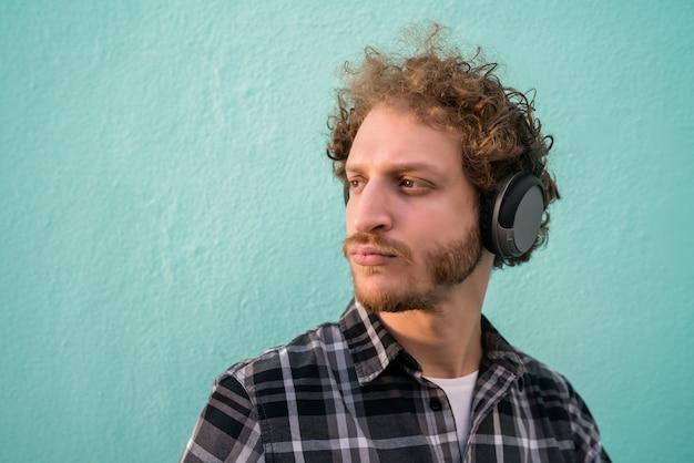 ヘッドフォンで音楽を聞いている男性