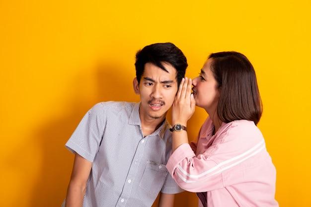 Мужчина выглядел потрясенным, пока женщина шептала ему на ухо