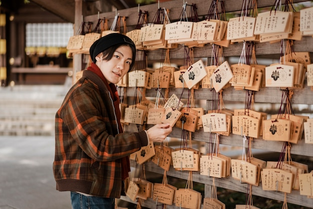 日本の木のカードを見ている男
