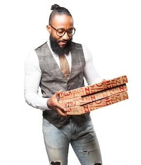 男はピザボックスを見て