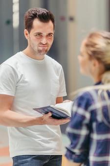 Мужчина смотрит на женщину с книгой