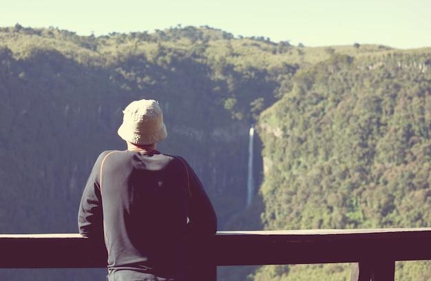 Мужчина ищет горный водопад в национальном парке абердарес, кения