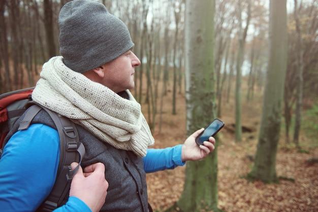森の中で信号を探している男
