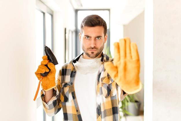 真面目で、厳しく、不機嫌で怒っているように見える男が、手のひらを開いてジェスチャーを止めている