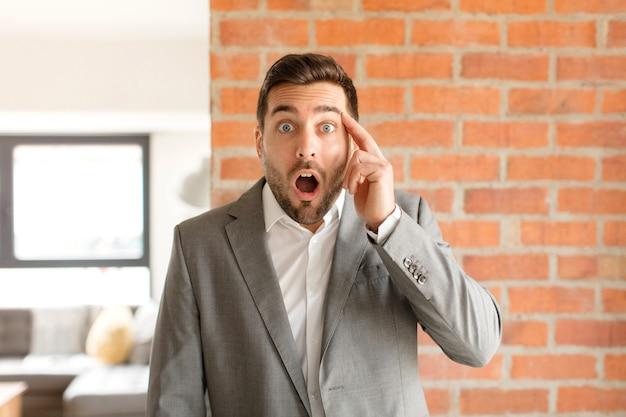 놀란 표정, 입을 벌리고, 충격을받은, 새로운 생각, 아이디어 또는 개념을 실현하는 남자