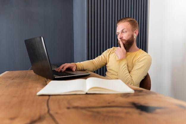 Человек смотрит вдумчивый, работая в офисе