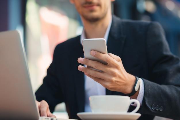 Человек смотрит на телефон и касаясь экрана