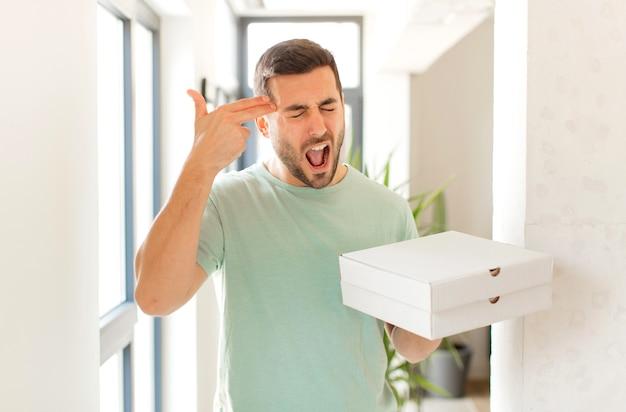 Человек выглядит несчастным и подчеркнутым, жест самоубийства делает знак пистолет рукой, указывая на голову