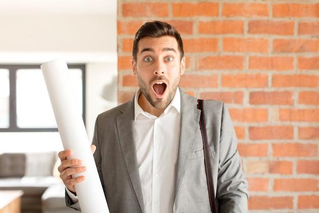 Мужчина выглядит очень шокированным или удивленным, смотрит с открытым ртом и говорит: