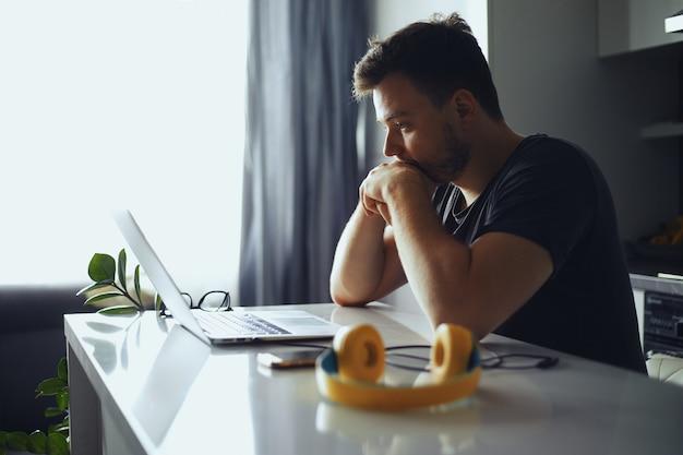 Человек потерял мысли перед ноутбуком, мужчина думает о решении проблемы
