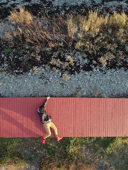 橋の上に横たわる男