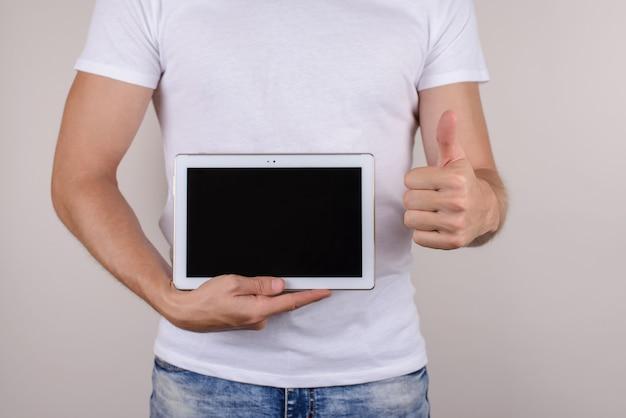男はタブレットコンピューターを持って指を作ります