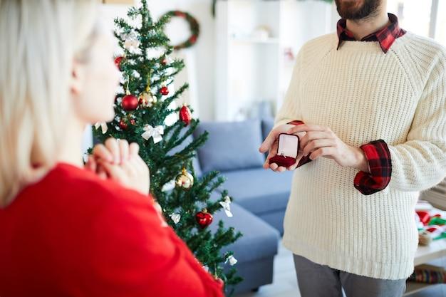 L'uomo fa una proposta di matrimonio alla sua ragazza il giorno di natale