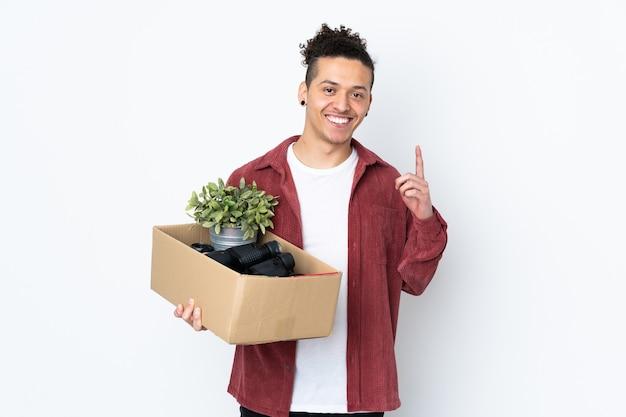 Человек делает движение, поднимая коробку, полную вещей на изолированном белом фоне, указывая на отличную идею