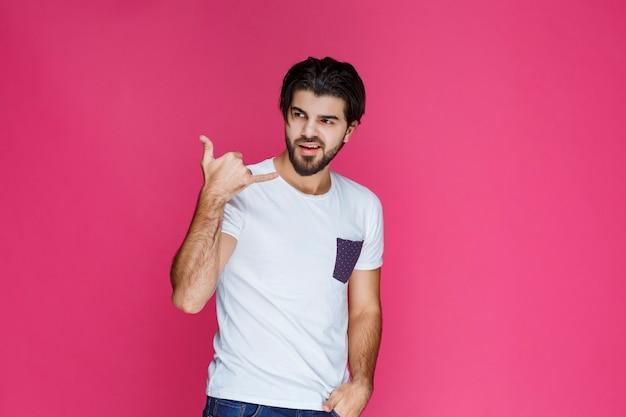 手振りでコールサインを作る男。