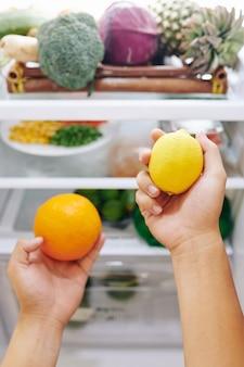 柑橘系の飲み物を作る男