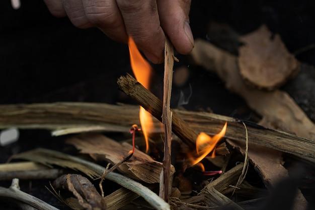 불, 손의 근접 촬영 사진을 만드는 남자.