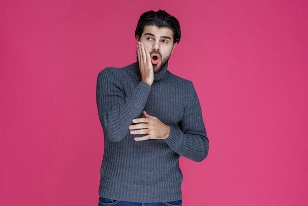 Uomo che fa pettegolezzi e parla di cose segrete.