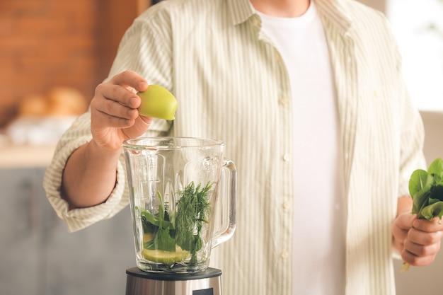 Человек делает здоровый коктейль дома, крупным планом
