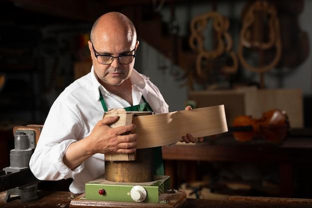 Uomo che costruisce strumenti nel suo laboratorio