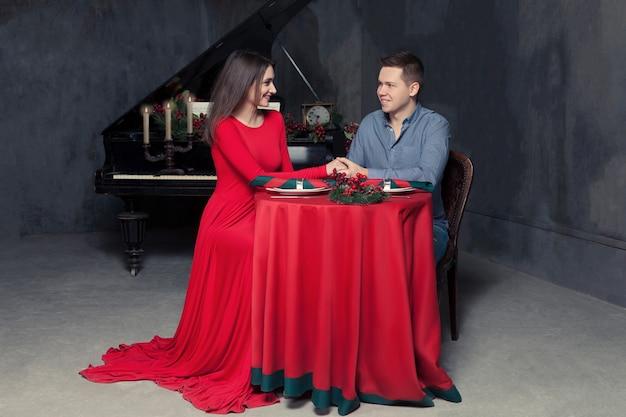 Мужчина делает предложение руки и сердца возлюбленной в винтажном ресторане.