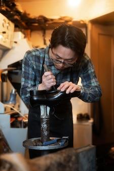 ミディアムショットの靴を作る男