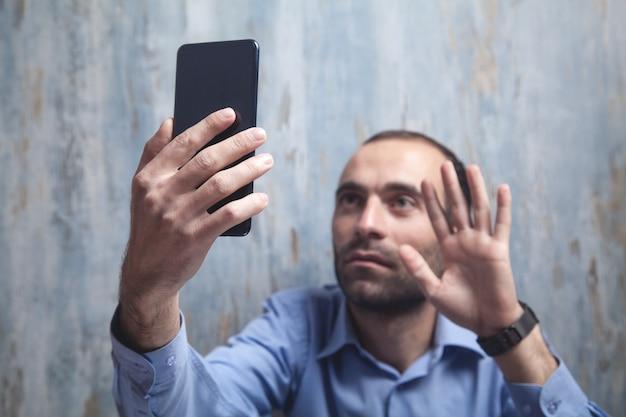스마트 폰 영상 통화를하는 남자.