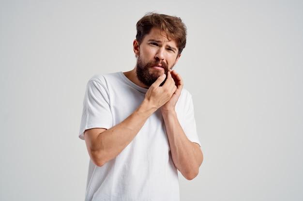 남자 의학 치통과 건강 문제 밝은 배경
